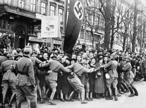 1938 Αυστριακοί οπαδοί του Ναζιστικού κόμματος υποδέχονται τους Γερμανούς  στους δρόμους της Βιέννης, μετά την Ένωση τη Αυστρίας με τη Γερμανία, που επέβαλε ο Χίτλερ.