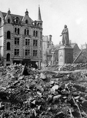 1945 Ένα άγαλμα του Μπετόβεν είναι το μόνο που στέκεται άθικτο στη Munsterplatz, στη Βόννη, περιτριγυρισμένο από ερείπια, μετά τους συμμαχικούς βομβαρδισμούς.