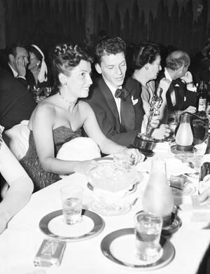 """1946 Ο Φρανκ Σινάτρα, στο εστιατόριο Ciro's, με το Όσκαρ που κέρδισε για την ερμηνεία του στην ταινία """"The House I Live In"""". Δίπλα του η σύζυγός του Νάνσυ."""