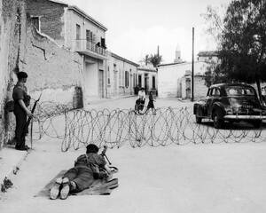 1956 Βρετανοί αλεξιπτωτιστές πίσω από συρματοπλέγματα που περιβάλλουν την Αρχιεπισκοπή στη Λευκωσία. Ήταν η κατοικία του Αρχιεπισκόπου Μακαρίου, ο οποίος εκτοπίστηκε στις Σεϋχέλλες.