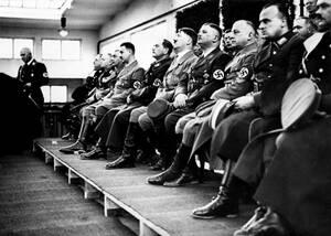 1934 Ο Αδόλφος Χίτλερ και άλλα μέκη του Ναζιστικού κόμματος παρακολουθούν τους εορτασμούς για την επέτειο της Βαυαρικής Επανάστασης, στο Μόναχο.