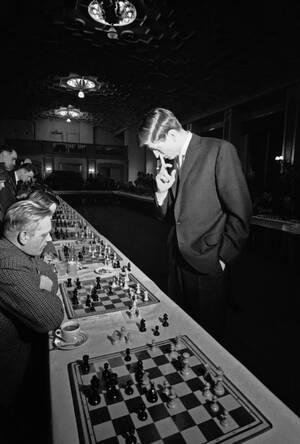 1962 Ο 19χρονος Αμερικάνος σκακιστής Μπόμπι Φίσερ, παίζει ταυτόχρονα εναντίον 40 Δανών παικτών στην Κοπενχάγη.