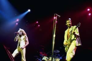 1976 Το βρετανικό γκρουπ The Who, σε συναυλία στο Madison Square Garden. Στα φωνητικά ο Ρότζερ Ντάλτρεϊ, ο Πιτ Τάουνσεντ παίζει κιθαρα και ο Κιθ Μουν ντραμς.