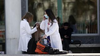 Κορωνοϊός: Οδηγίες από τον ΕΟΔΥ για τη Θεία Κοινωνία ζητούν οι νοσοκομειακοί γιατροί