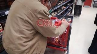 Κορωνοϊός: Με γάντια και μάσκες οι πολίτες «αδειάζουν» τα σούπερ μάρκετ