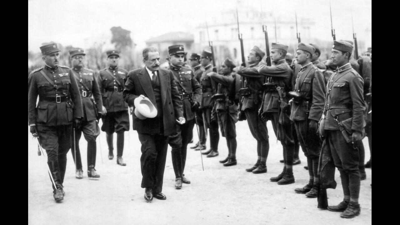 """1935 Το κίνημα του Ελευθέριου Βενιζέλου, που κράτησε έντεκα μέρες, τελικά διαλύθηκε από τον υπουργό Πολέμου, Στρατηγό Κονδύλη. Ο Βενιζέλος διέφυγε, μαζί με τη σύζυγό του και εκατό αξιωματικούς, με το """"Αβέρωφ"""". Στη φωτογραφία, ο Κονδύλης επιθεωρεί το στρά"""