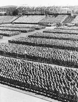 1936 Ο Αδόλφος Χίτλερ παρακολουθεί μια παρέλαση 60.000 μελών της νεολαίας του, στο περιθώριο του Συνεδρίου του Ναζιστικού κόμματος, στη Νυρεμβέργη.