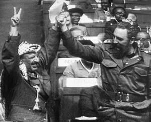 1983 Ο Κουβανός Πρωθυπουργός Φιντέλ Κάστρο και ο ηγέτης της Οργάνωσης για την Απελευθέρωση της Παλαιστίνης, Γιασέρ Αραφάτ σφίγγουν τα χέρια στην τελευταία συνεδρίαση της 7ης Συνδιάσκεψης Κορυφής των Αδέσμευτων Κρατών, στο Νέο Δελχί.