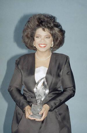 1988 Η παρουσιάστρια Όπρα Γουίνφρεϊ, στα Βραβεία Κοινού, στο Λος Άντζελες.