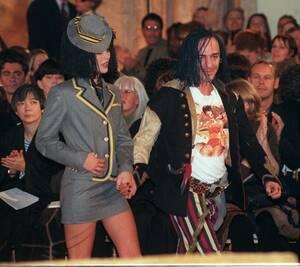 1997 Ο Βρετανός σχεδιαστής Τζον Γκαλιάνο με ένα μοντέλο στη λήξη της επίδειξής του για τη σεζόν Φ/Χ 1997-1998 στο Παρίσι.