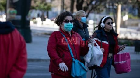 Κορωνοϊός: Με μάσκες και γάντια οι Αθηναίοι στους δρόμους