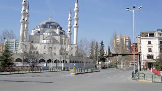 Η Αλβανία κλείνει τα σύνορα με την Ελλάδα και τους άλλους γείτονές της