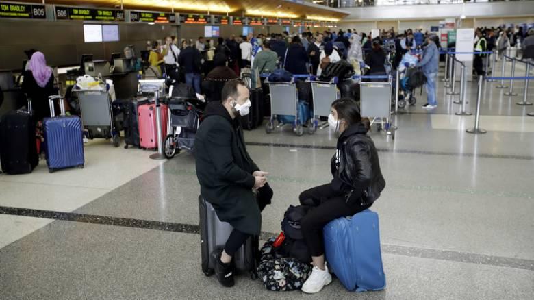 Κορωνοϊός - ΗΠΑ: Ατελείωτες ουρές και συνωστισμός στα αεροδρόμια λόγω των νέων μέτρων