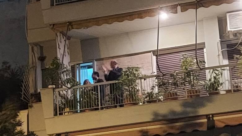Κορωνοϊός: Πλήθος κόσμου βγήκε στα μπαλκόνια για τους ανθρώπους του συστήματος υγείας
