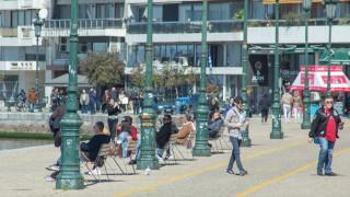 Κορωνοϊός - Θεσσαλονίκη: Βόλτες στην παραλία αψηφώντας τα αυστηρά μέτρα