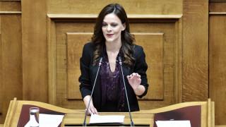 Αχτσιόγλου στο CNN Greece: Η κυβέρνηση αντιμετωπίζει με σφεντόνα το τέρας