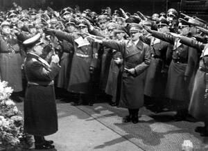 1939, Βερολίνο. Ο Χέρμαν Γκέρινγκ υποδέχεται τον Αδόλφο Χίτλερ στο Βερολίνο. Ο Χίτλερ επιστρέφει από περιοδεία του στην Τσεχοσλοβακία που έχει μόλις προσαρτηθεί στο Ράιχ.