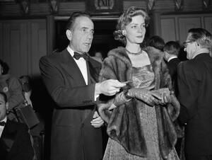 1952, Καλιφόρνια. Ο Χάμφρεϊ Μπόγκαρτ και η Λορίν Μπακόλ στα Όσκαρ. Ο Μπόγκαρτ είναι υποψήφιος για βραβείο Α' αντρικού ρόλου.