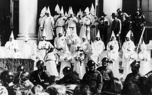 1982, Κονέκτικατ. Ισχυρές αστυνομικές δυνάμεις φρουρουν μέλη της Κου Κλουξ Κλαν, κατά τη διάρκεια διαδήλωσης της οργάνωσης.