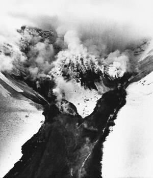 1982, όρος της Αγίας Ελένης. Το ηφαίστειο της Αγίας Ελένης βγάζει καπνούς και λάβα μετά την έκρηξή του που ξεκίνησε πριν από λίγες μέρες.