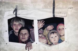 1993, Βοσνία. Βόσνιοι άμαχοι απομακρύνονται από το θύλακα της Σρεμπρένιτσα που πολιορκείται από τους Σέρβους.