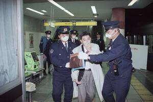 1995, Τόκιο. Έξι άνθρωποι χάνουν τη ζωή τους και εκατοντάδες νοσηλεύονται, μετά την επίθεση με αέριο σαρίν, της αίρεσης Αούμ Σινρικίο, στο μετρό της πόλης.