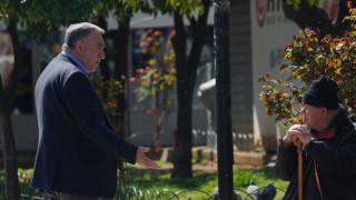Λαμία: Ο δήμαρχος βγήκε στους δρόμους και «κυνηγάει» όσους παραβιάζουν τα μέτρα