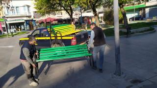 Κορωνοϊός - Κατερίνη: Ο δήμος ξήλωσε τα παγκάκια για να μην βγαίνει έξω ο κόσμος