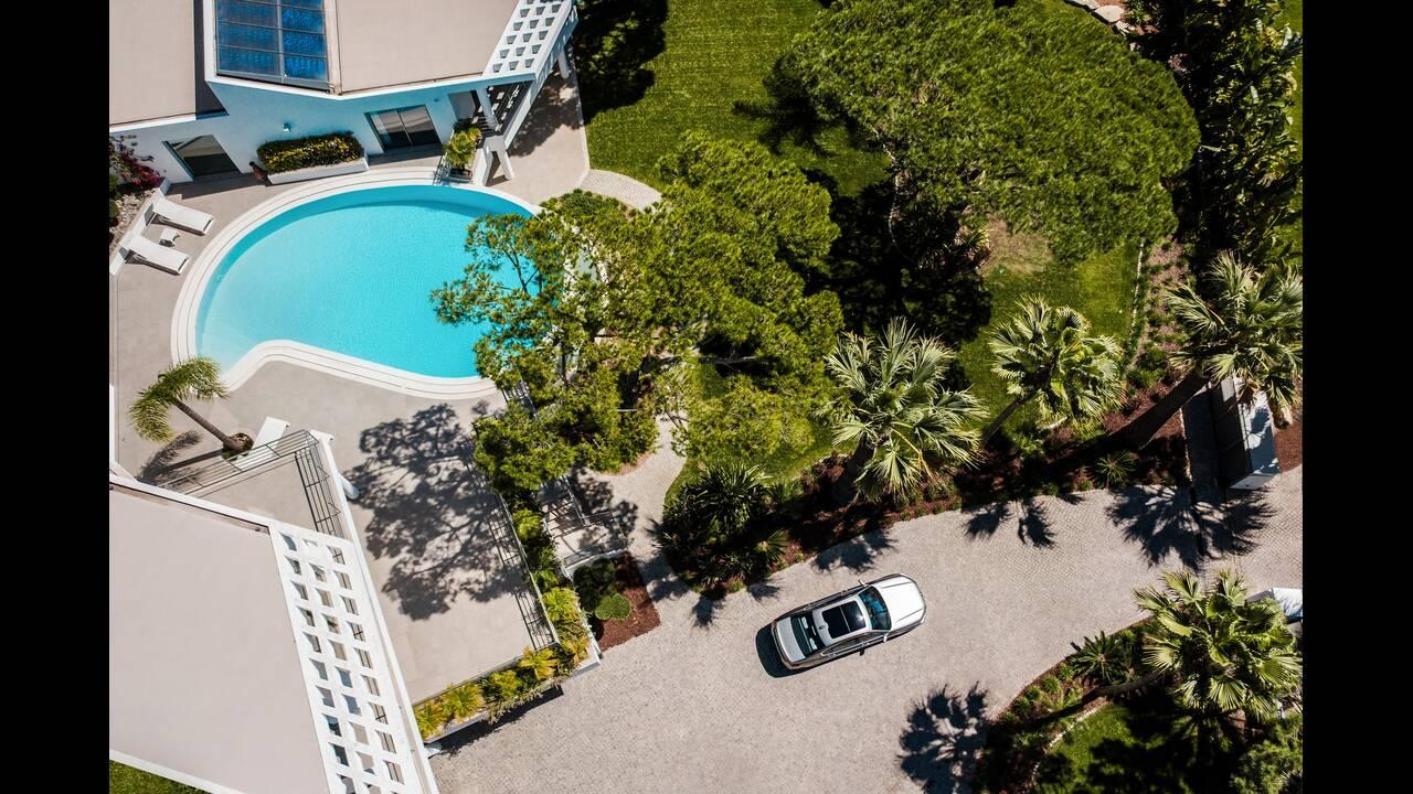 https://cdn.cnngreece.gr/media/news/2020/03/22/212265/photos/snapshot/BMW-7-SERIES-9.jpg
