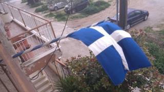 25η Μαρτίου: Σημαία ηλικίας άνω των 100 ετών κυματίζει σε μπαλκόνι της Θεσσαλονίκης