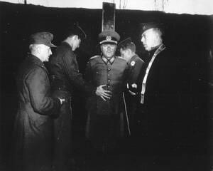 1945 Ο Στρατηγός της Βέρμαχτ, Άντον Ντόστλερ, είναι δεμένος σε στύλο, πριν την εκτέλεσή του, στην Αβέρσα της Ιταλίας. Ο Στρατηγός ήταν επικεφαλής της 75ης Στρατιάς και καταδικάστηκε επειδή διέταξε την εκτέλεση 15 Αμερικανών αιχμαλώτων πολέμου.