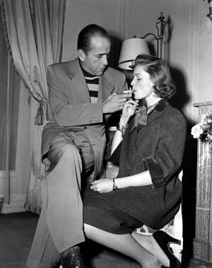 1951 Ο ηθοποιός Χάμφρεϊ Μπόγκαρτ ανάβει το τσιγάρο της συζύγου του, Λορίν Μπακόλ, στο ξενοδοχείο τους στο Παρίσι.