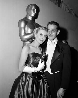 """1958 Η Τζόαν Γούντγουορντ ποζάρει με το Όσκαρ που κέρδισε για την ερμηνεία της στην ταινία """"The Three Faces of Eve."""" Δίπλα της, ο σύζυγός της Πολ Νιούμαν."""