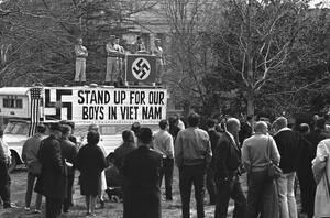 1966 Ο Τζορτζ Λίνκολ Ρόκγουελ, ηγέτης του Ναζιστικού κόμματος των ΗΠΑ, μιλάει σε οπαδούς του κατά τη διάρκεια των διαδηλώσεων κατά του πολέμου του Βιετνάμ, στην Ουάσινγκτον.