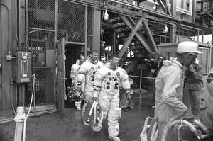 1970 Το πλήρωμα του Apollo 13 φεύγει από το σημείο εκτόξευσης, μετά από μια δοκιμή. Το Apollo 13 έχει προγραμματιστεί να εκτοξευθεί στο διάστημα στις 11 Απριλίου.