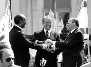1978 Ο Πρόεδρος της Αιγύπτου Ανουάρ Σαντάτ (αριστερά), ο πρόεδρος των ΗΠΑ Τζίμι Κάρτερ (στο κέντρο) και ο Πρωθυπουργός του Ισραήλ Μέναχεμ Μπέγκιν, στον κήπο του Λευκού Οίκου. Ο Σαντάτ και ο Μπέγκιν σφίγγουν τα χέρια αφού έχουν μόλις υπογράψει τη Συμφωνία