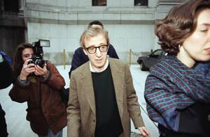 1993 Ο Γούντι Άλεν στα δικαστήρια, όπου εκδικάζεται η υπόθεση κηδεμονίας που ανακίνησε η πρώην σύντροφός του Μία Φάροου. Η Φάροου κατηγορεί το σκηνοθέτη ότι ξεκίνησε τη σχέση του με την υιοθετημένη κόρη της, Σουν Γι Πρεβίν, ξεκίνησε όταν η Πρεβίν ήταν ακ