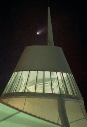 1997 Ο κομήτης Χέιλ-Μπομπ πάνω από το Διεθνές Αεροδρόμιο του Ντένβερ.