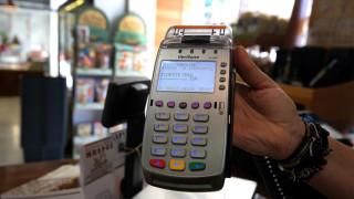 Κορωνοϊός: Στα 50 ευρώ αυξάνεται από τις 30 Μαρτίου το όριο των ανέπαφων συναλλαγών