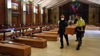Κορωνοϊός -Μακάβριες εικόνες στην Ιταλία: Εκκλησία γεμάτη φέρετρα, ο στρατός μεταφέρει τους νεκρούς