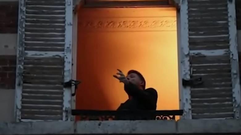 Κορωνοϊός: Τενόρος στη Γαλλία ψυχαγωγεί από το μπαλκόνι του τους γείτονες