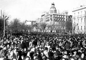 1939 Στη Μαδρίτη, τα πλήθη έχουν βγει στους δρόμους και γιορτάζουν για τη λήξη του εμφυλίου πολέμου που συντάραξε την Ισπανία επί 33 μήνες. Οι δυνάμεις του στρατηγού Φράνκο επικράτησαν και τα μέλη της δημοκρατικής κυβέρνησης αναγκάστηκαν να διαφύγουν στο