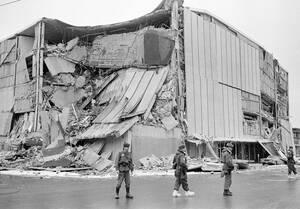 1964 Μετά τον καταστροφικό σεισμό που προκάλεσε ανυπολόγιστες ζημιές, η πόλη του Άνκορατζ, στην Αλάσκα έχει κυρηχθεί σε κατάσταση έκτακτης ανάγκης και ο στρατός περιπολεί στους δρόμους της.