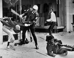 1968 Στο Μέμφις του Τενεσί ξεσπούν φασαρίες μετά τη βίαιη διάλυση της πορείας του Μάρτιν Λούθερ Κινγκ. Οι μαύροι κατηγόρησαν την αστυνομία για υπερβολική βία, ενώ οι αρχές απάντησαν ότι έκαναν ότι ήταν απαραίτητο για να διατηρήσουν την τάξη. Μια εβδομαδα
