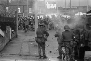 1972 Βρετανοί στρατιώτες συγκρούονται με Προτεστάντες διαδηλωτές και τους πυροβολούν με λαστιχένιες σφαίρες, στη συνοικία Μπαλισίλιαν του Μπέλφαστ, στη Βόρεια Ιρλανδία.