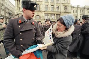 1991 Ρώσος αστυνομικός προσπαθεί να σκίσει ένα πόστερ διαδηλώτριας η οποία υποστηρίζει τον Γιέλτσιν. Οι διαδηλωτές διαμαρτύρονται για την απόφαση του Γκορμπατσόφ να απαγορεύσει τις συγκεντρώσεις.