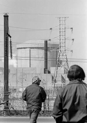1979 Καπνός βγαίνει από το κτήριο 2, που στεγάζει έναν πυρηνικό αντιδραστήρα και έκλεισε μετά από έκρηξη. Το ατύχημα συνέβη στο εργοστάσιο στο Three Mile Island, στην Πενσιλβάνια και είχε ως συνέπεια να διαφύγει στην ατμόσφαιρα μεγάλή ποσότητα ραδιενέργε
