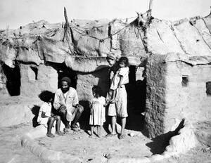 1949 Μια οικογένεια Εβραίων προσφύγων από την Υεμένη, σε αμερικανικό στρατόπεδο στο Άντεν, περιμένουν να μεταφερθούν στο Ισραήλ.