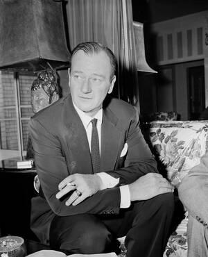 """1955 Ο ηθοποιός Τζον Γουέιν στη Νέα Υόρκη. Έχει μόλις ψηφιστεί """"βασιλιάς του Box Office""""."""
