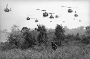 1965 Αμερικανικά ελικόπτερα ανοίγουν με πυρά το δρόμο για τις δυνάμεις εδάφους του Νοτιοβιετναμικού στρατού, ο οποίος επιτίθεται σε θέλεις των Βιετ Κονγκ, κοντά στα σύνορα με την Καμπότζη.